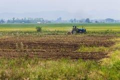 Rolnictwa orania ciągnik na pszenicznych zboży polach Zdjęcia Royalty Free