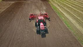 Rolnictwo maszyneria Rolniczego ciągnika oranie uprawia ziemię pole zbiory wideo