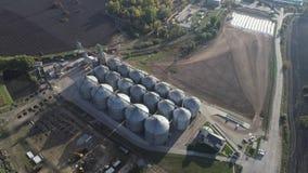 Rolnictwo zbożowych silosów składowy zbiornik Latający pobliscy silosów zbiorniki widok z lotu ptaka zbiory