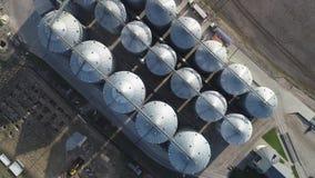 Rolnictwo zbożowych silosów składowy zbiornik Latający pobliscy silosów zbiorniki Widok z lotu ptaka, Odgórny widok zdjęcie wideo