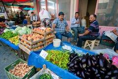 Rolnicy sprzedają warzywa, oberżynę, brzoskwinie i zielenie na wiejskim tureckim rynku, zdjęcia stock