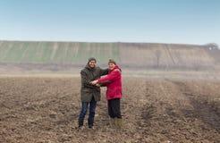 Rolnicy trząść ręki Zdjęcia Royalty Free