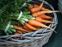Rolnicy wprowadzać na rynek: marchewki zdjęcie stock