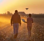 Rolnicy z trutniem na polu Zdjęcia Royalty Free
