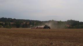 Rolnicza maszyneria - ciągniki, ikrzaki, natryskownicy i kultywatorzy, pracują w polu zdjęcia royalty free
