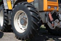 Rolnicze i budowa maszyny Żółty ciągnik po pracy obrazy stock