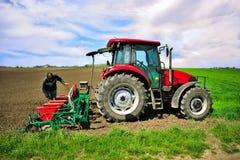 rolniczej maszynerii flancowania ikrzaka wiosna Obsiewanie uprawy przy polem fotografia royalty free
