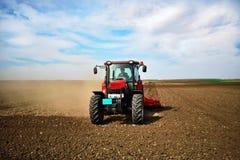 rolniczej maszynerii flancowania ikrzaka wiosna Obsiewanie uprawy przy polem obraz stock