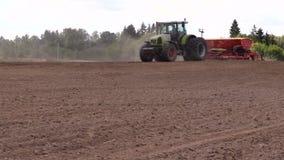 Rolniczy ciągnik zaczyna chemicznego użyźnianie na ziemi zdjęcie wideo