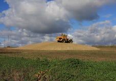 Rolniczy ciągnik w polu Obrazy Royalty Free