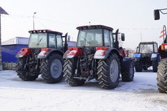 Rolniczy ciągniki w zima magazynie Obrazy Stock