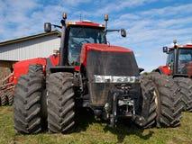 Rolniczy gigantyczny czerwony ciągnik Zdjęcia Royalty Free