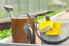 rolniczy narzędzia Podlewanie puszka, wiadro, żółte rękawiczki Obrazy Royalty Free