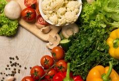 rolników świeżego rynku stołu warzywa drewniani Zdjęcia Royalty Free