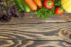 rolników świeżego rynku stołu warzywa drewniani obraz royalty free