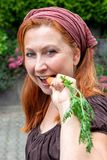Rolnik żona z marchewką obraz stock