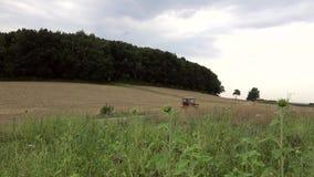 Rolnik jedzie ciągnika na polu zdjęcie wideo