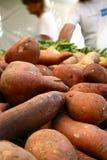 rolnik jest słodka rynku ziemniaka Obrazy Royalty Free