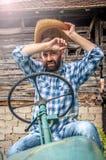 Rolnik na ciągniku obraz stock