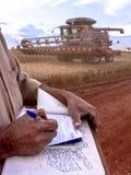 Rolnik notatki na soi polu Fotografia Stock