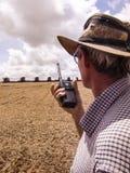 Rolnik organizuje soj zbierać Zdjęcie Royalty Free