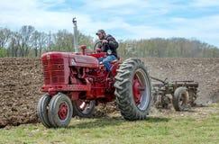 Rolnik pokazuje daleko rocznika ciągnika w Michigan usa Zdjęcie Royalty Free