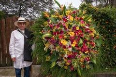 Rolnik pozuje z jego kwiatu przygotowania fotografia stock