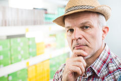 Rolnik przy supermarketem z ręką na podbródku zdjęcie stock