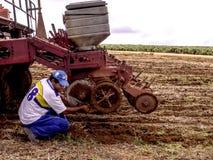 Rolnik przygotowywa maszynę Zdjęcia Stock