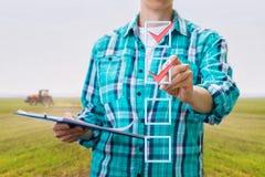 Rolnik stawia cwelicha w czek liście zdjęcia stock