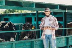 Rolnik używa cyfrową pastylkę obraz stock