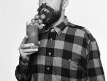 Rolnik udaje używać wiązkę czereśniowi pomidory jako słoma zdjęcie royalty free