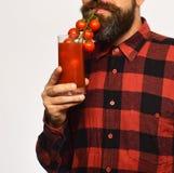 Rolnik udaje używać wiązkę czereśniowi pomidory jako słoma zdjęcie stock