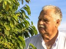 Rolnik w kawy polu Obraz Stock