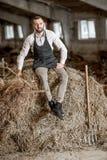 Rolnik w stajence zdjęcie royalty free