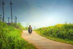 Rolnik w Wietnam przejażdżce motocykl iść pracować Obrazy Royalty Free