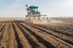 Rolnik z ciągnikowym obsiewaniem - siać soj uprawy przy rolniczym f obrazy stock