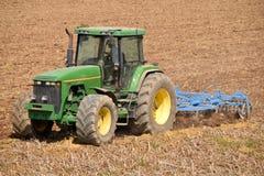 Rolnik z ciągnikowym oraniem ziemia przed siać 065 Zdjęcia Royalty Free