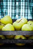 Rolnik z jabłkami zdjęcia stock