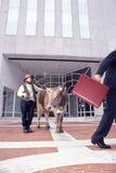 Rolnik z jego krową przed bankiem Obrazy Stock