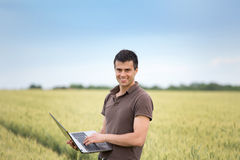 Rolnik z laptopem w pszenicznym polu Obrazy Stock