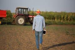Rolnik z pastylką przed ciągnikiem zdjęcie stock