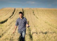 Rolnik z pastylką w pszenicznym polu Zdjęcia Royalty Free