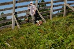Rolnik z psem fotografia stock