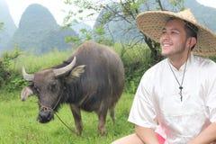 Rolnik z wołowym i wspaniałym krajobrazem zdjęcia stock