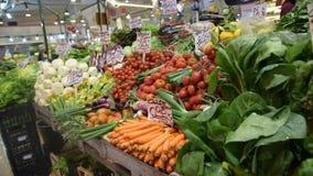 Rolnika ` jedzenia rynku kram z rozmaito?ci? organicznie warzywo zbiory wideo