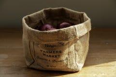 Rolnika rynku torba cebule zdjęcia stock