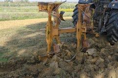 Rolny ciągnik który orze ziemię Zdjęcia Stock