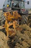 Rolny ciągnik który orze ziemię Obraz Royalty Free