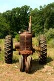 rolny stary ośniedziały ciągnik Obraz Royalty Free